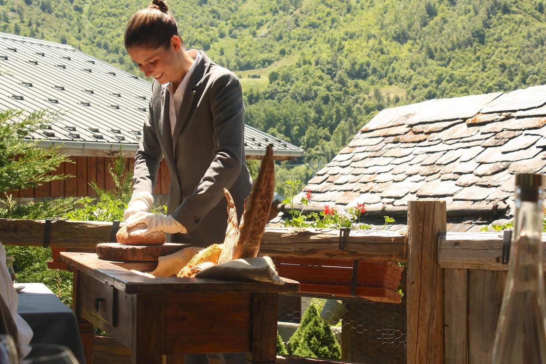 Découpage du pain maison sur fond de montagne © P.Faus