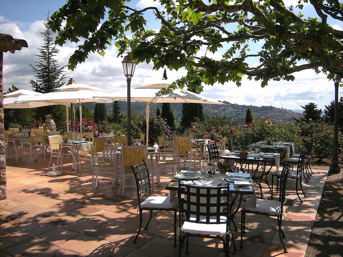 Le charme unique de cette terrasse avec vue imprenable sur Fayence