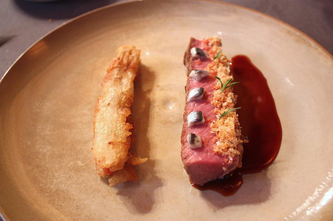 Selle d'agneau, aubergines frites, anchois..; © P.Faus