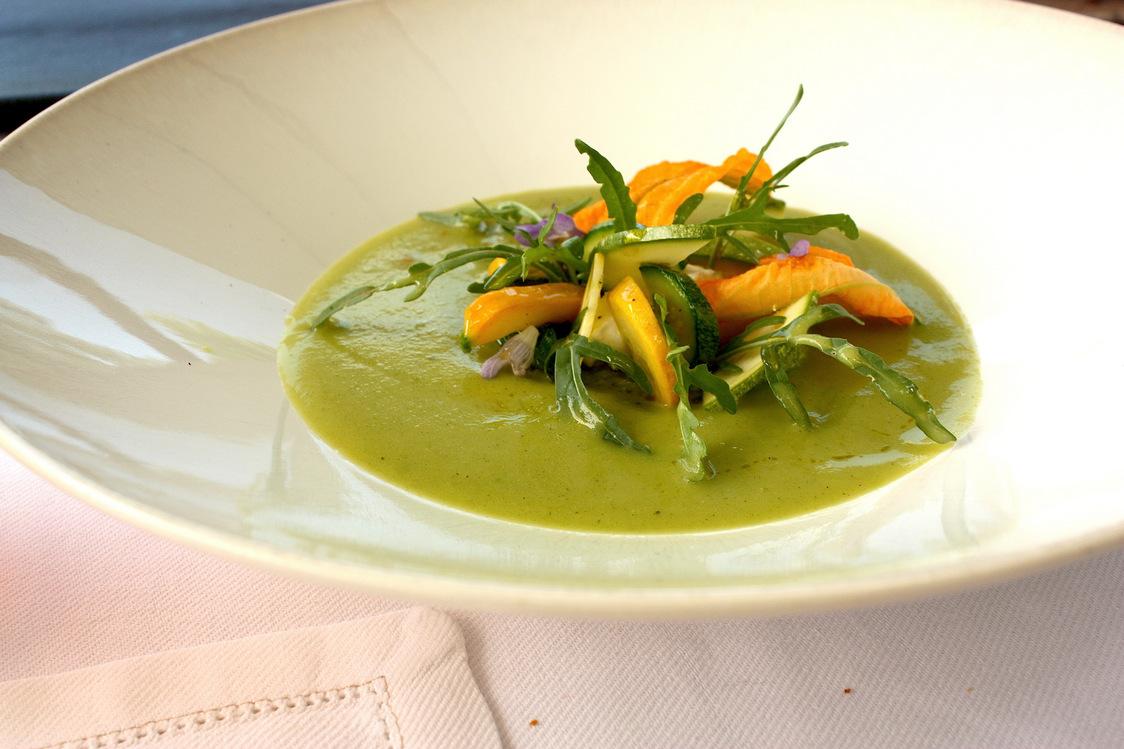 Soupe rafraîchie de courgettes de notre pays, caillé de chèvre © P.Faus