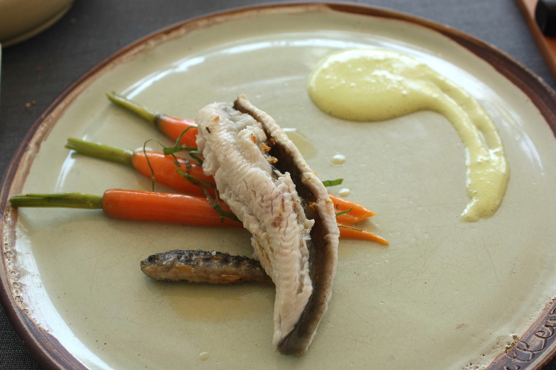 Truite au bleu, beurre frais fondu, sauce mousseline acidifiée © P.Faus