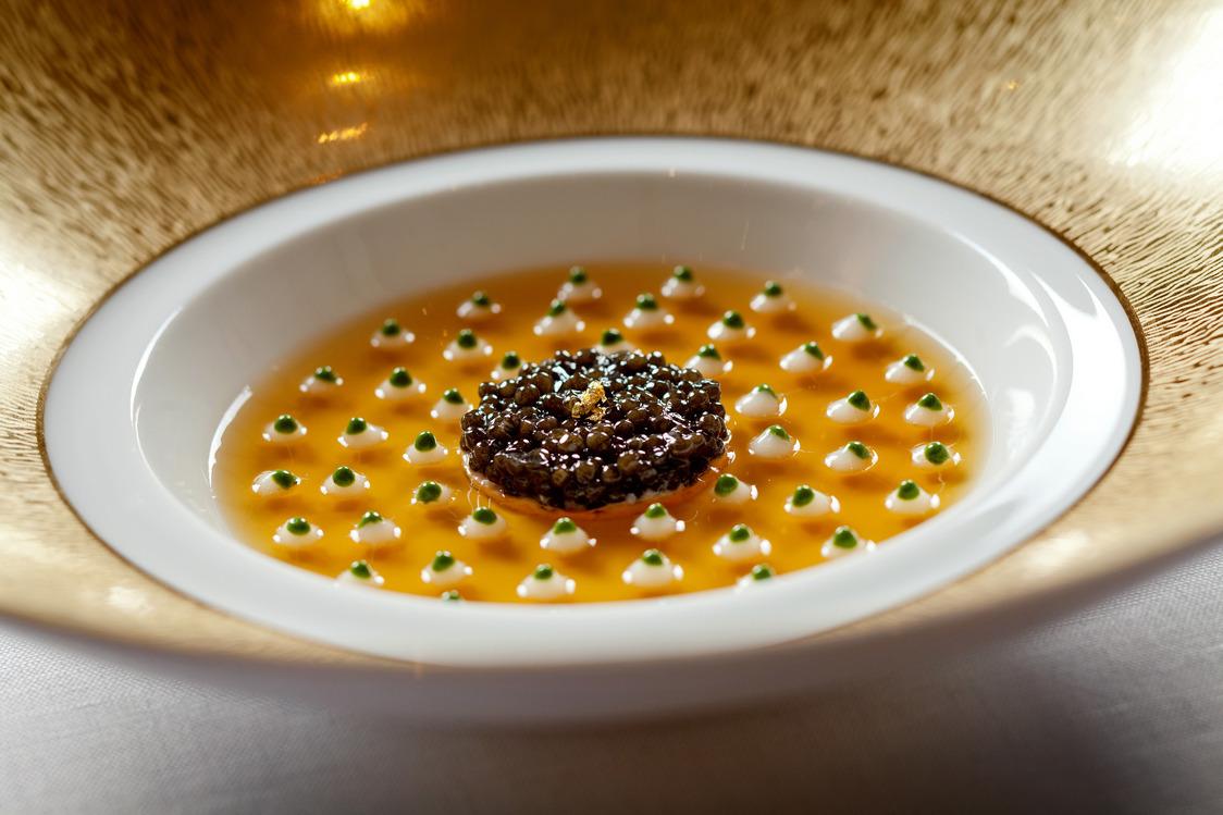 Caviar d'Aquitaine sur chair de tourteaux, gelée de caviar