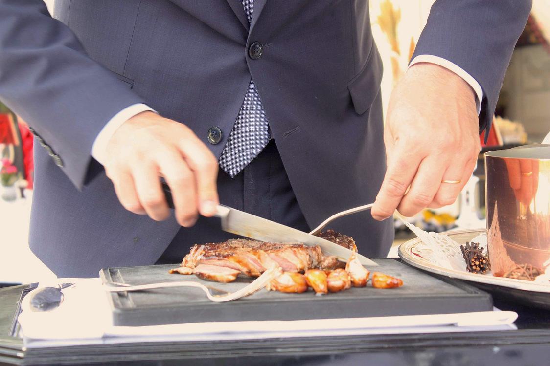 Découpe de la pièce de bœuf (On retrouve dans ce lieu, le Robuchon à son apogée qui a marqué la cuisine française comme peu avant lui © P.Faus
