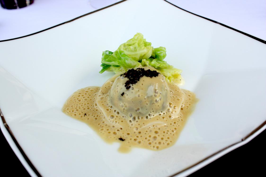Langoustine en ravioli, truffée, chou vert © P.Faus