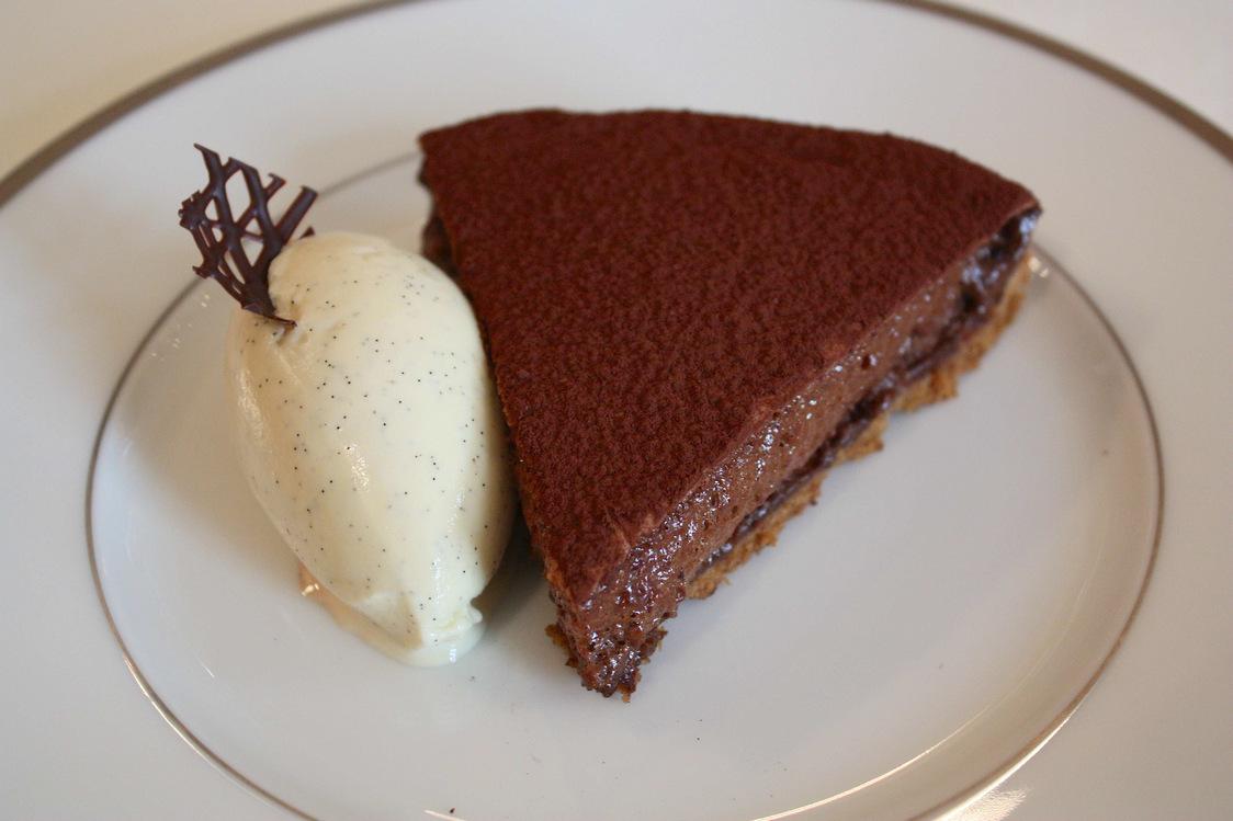Tarte sablée au cacao amer, glace vanille © P.Faus