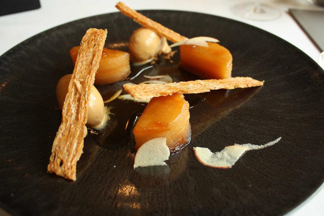 Pommes reinettes laquées, glace caramel… © P.Faus