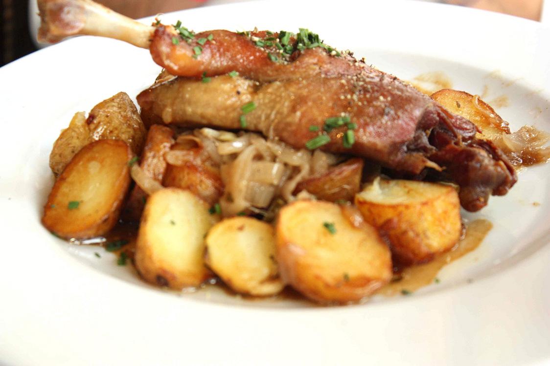 Cuisse de canard confite, pommes sautées © P.Faus