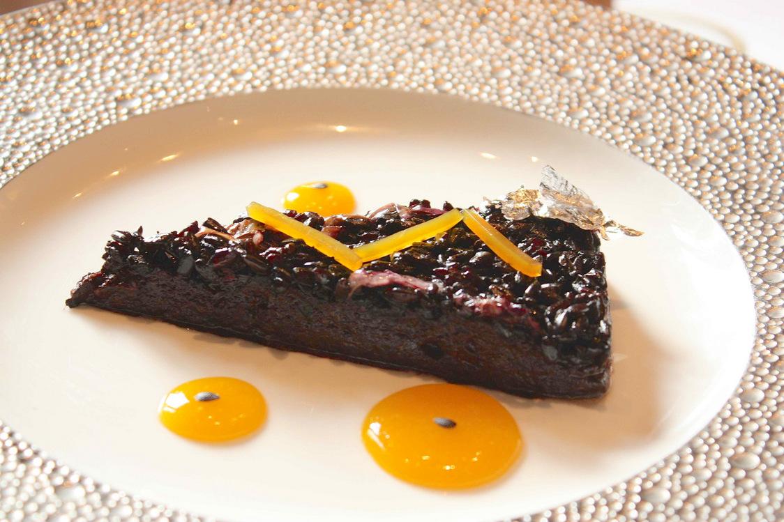 Riz noir légèrement fumé enrichi d'un crémeux de boudin noir, jus passion © P.Faus  - copie