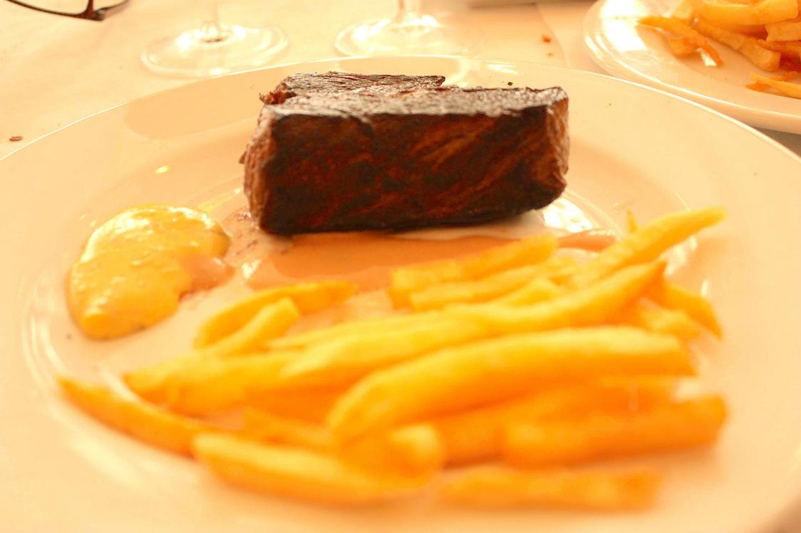 Rumsteak, confit d'oignons, frites fraîches _maison_  P.Faus  - copie