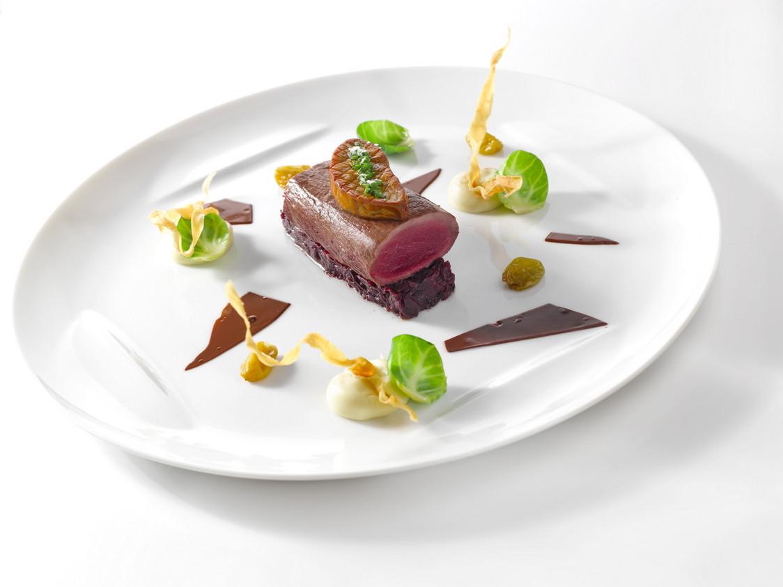 Dos de Chevreuil d'Ecosse legerement fumé et foie gras poelé, chou rouge, panais @Claude PRIGENT Grand Hotel de Bordeaux