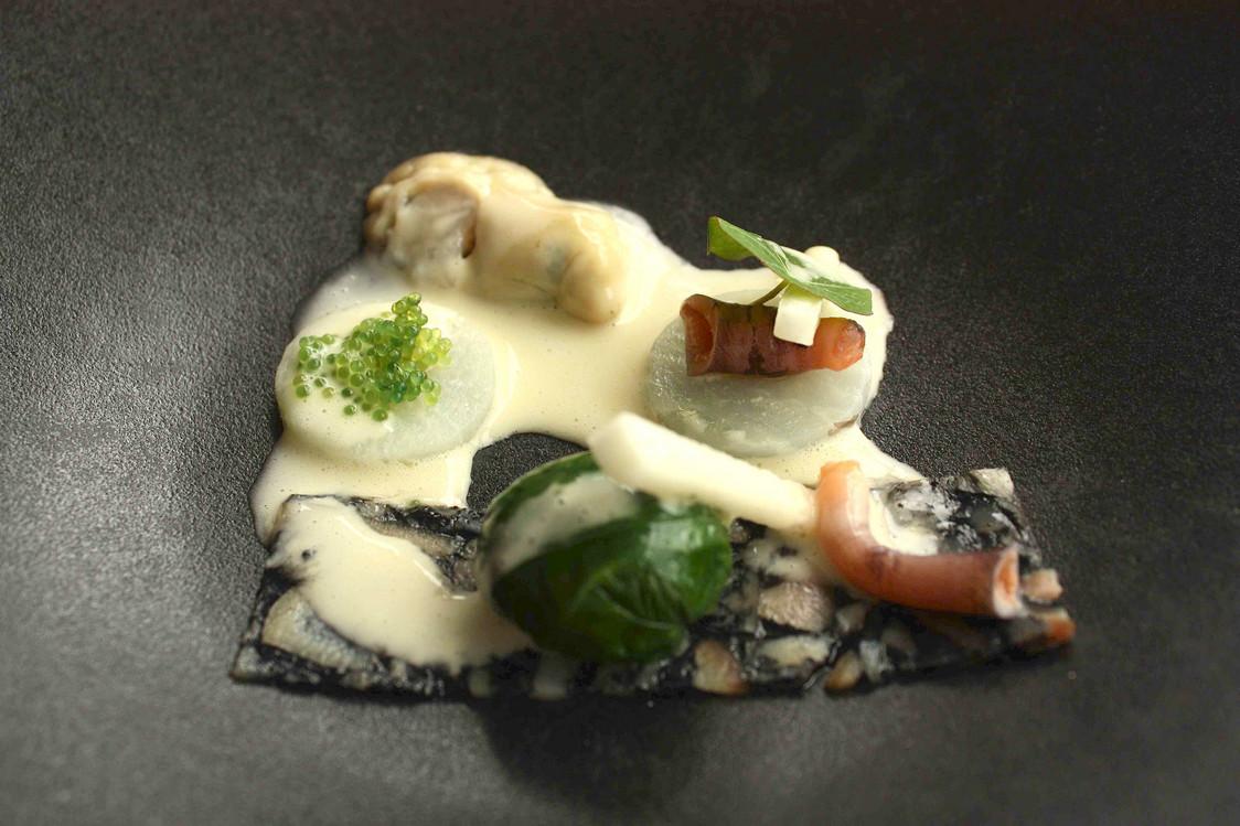 Huîtres, feuilles fines de pied de cochon  © P.Faus