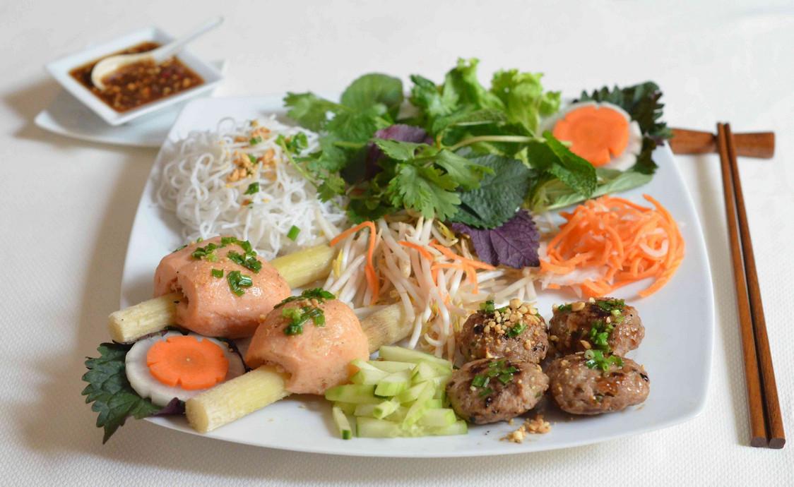 La Table du Vietnam - Bun Chao Tôm, Nem Nuong (Centre) - copie