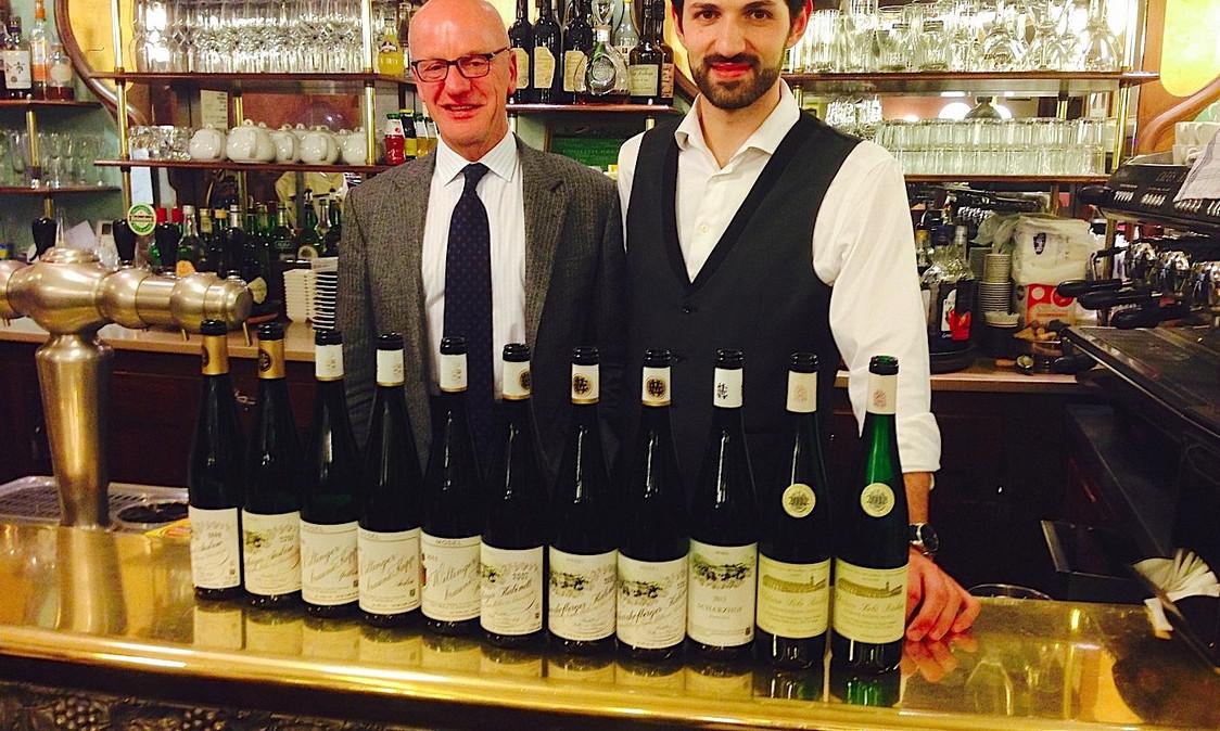 Dégustation de vins.et le patron Pierre Villa Paleja (à dr.)