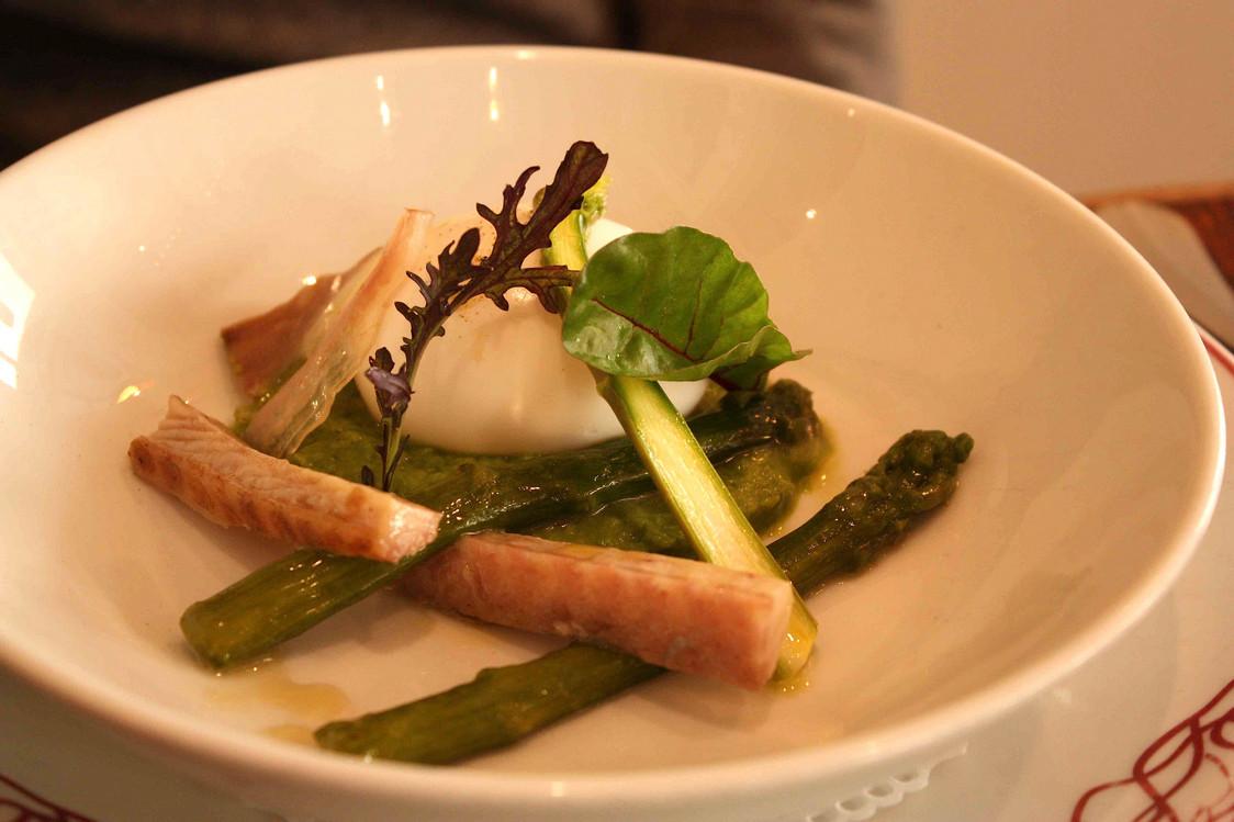 Asperges, anguille fumée, œuf mollet © P.Faus