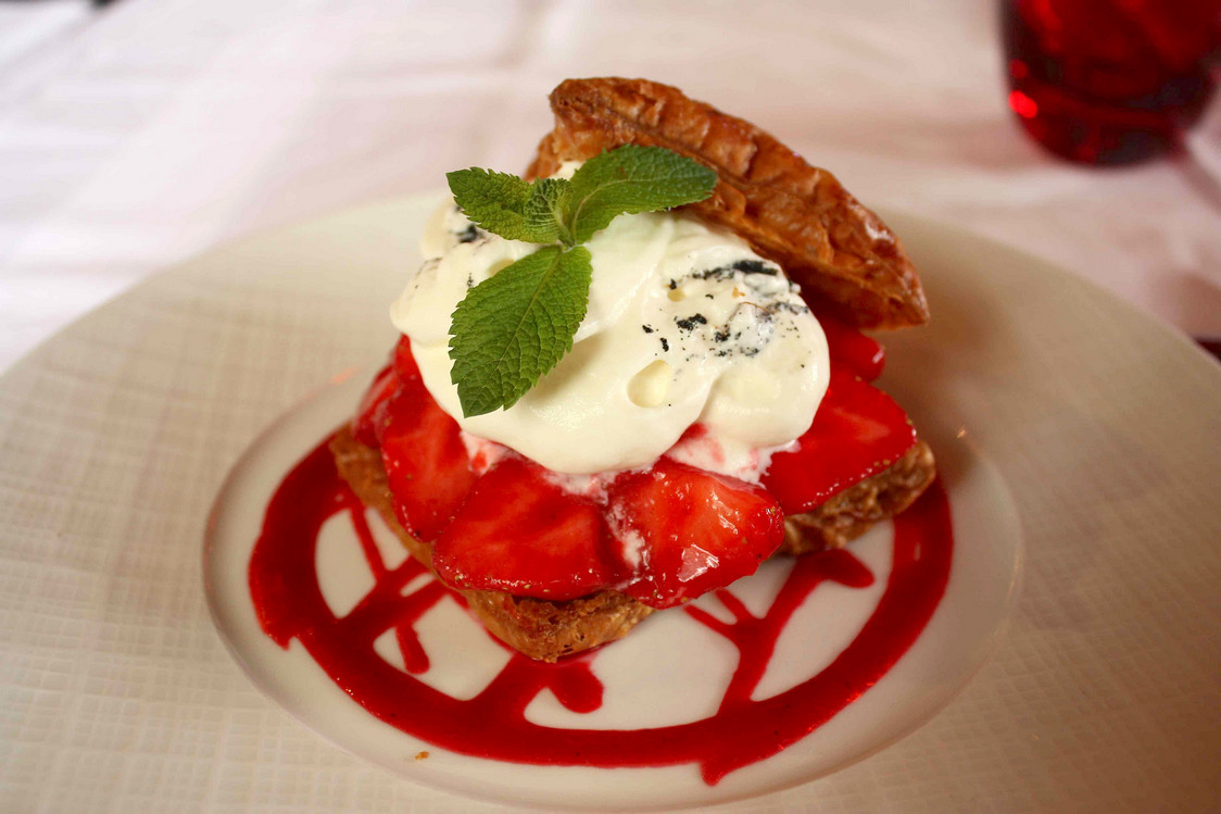 Millefeuille chantilly, fraises, coulis rouge © P.Faus