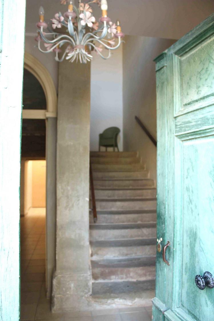 Entrée et escalier vers les chambres © P.Faus