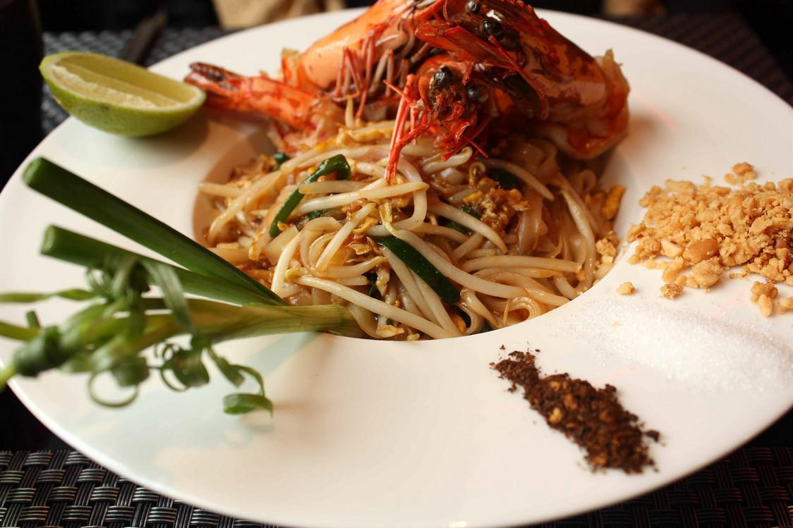 Pate de riz sauté au wok, légumes, gambas © P.Faus