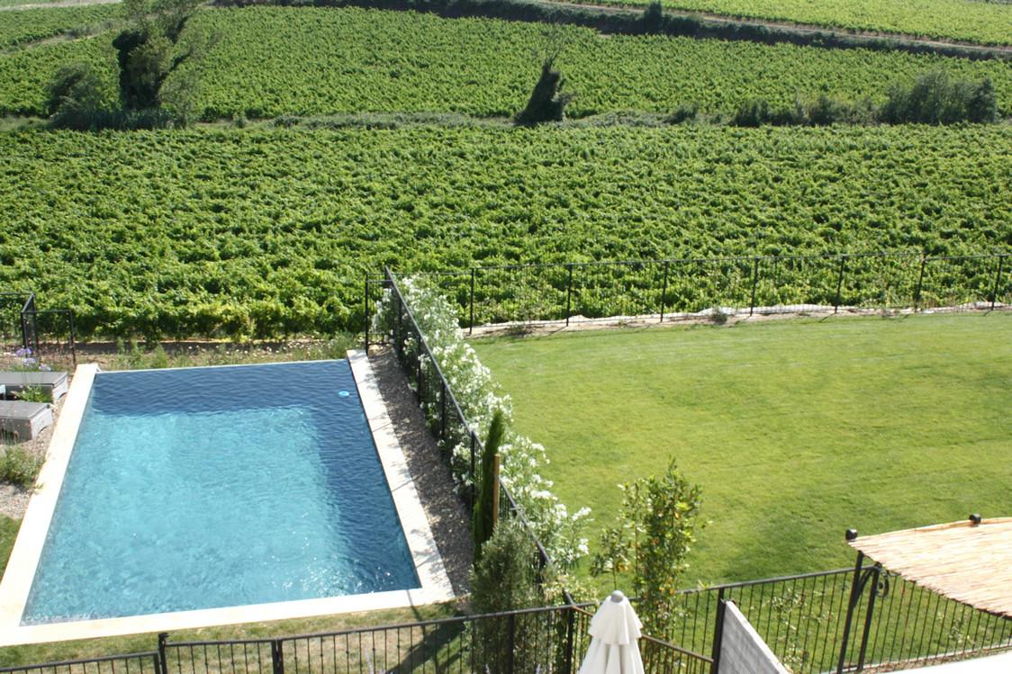 Piscine individuelle vue de la villa © P.Faus