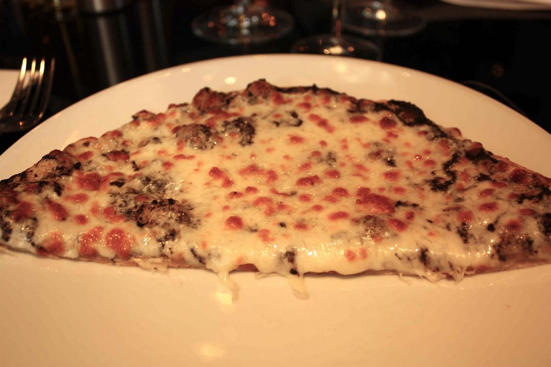 Pizza truffe noire, mozzarella © P.Faus