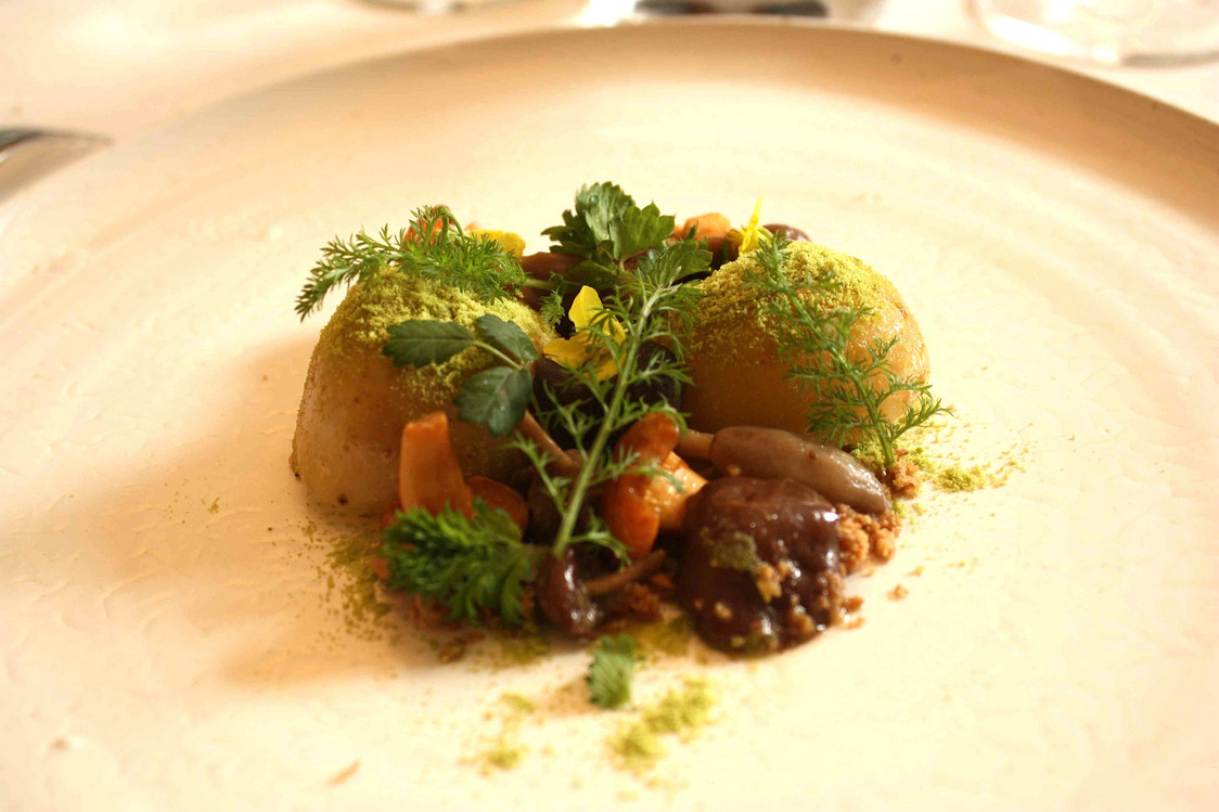 Pomme de terre Allains, oignons, girolles, crumble d'oignons © P.Faus  - copie