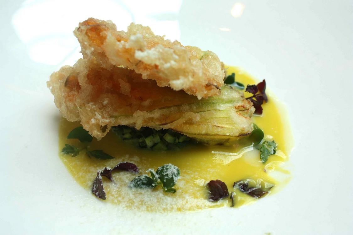 Fleur de courgette frite en tempura, farcie à la ricotta di bufala © P.Faus