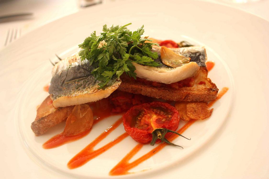 Sardines fraiches juste saisies, pain grillé, tomates © P.Faus