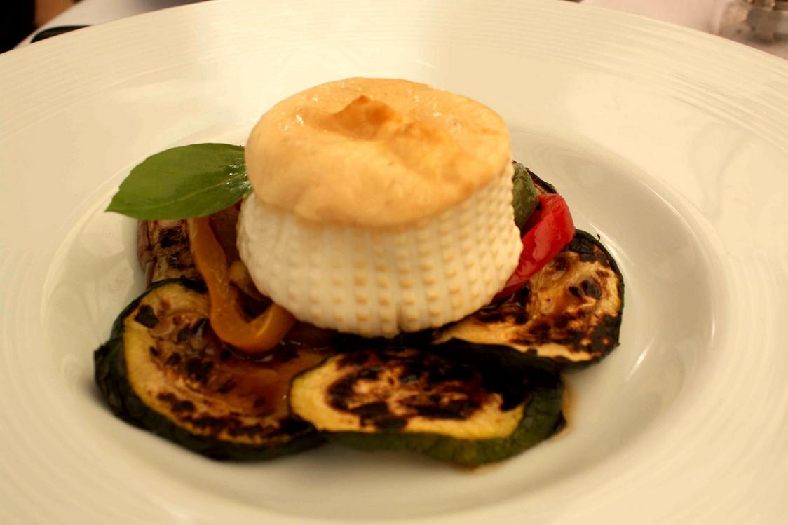 assiette-de-legumes-grilles-burratina-des-pouilles-fumee-gourmetsco