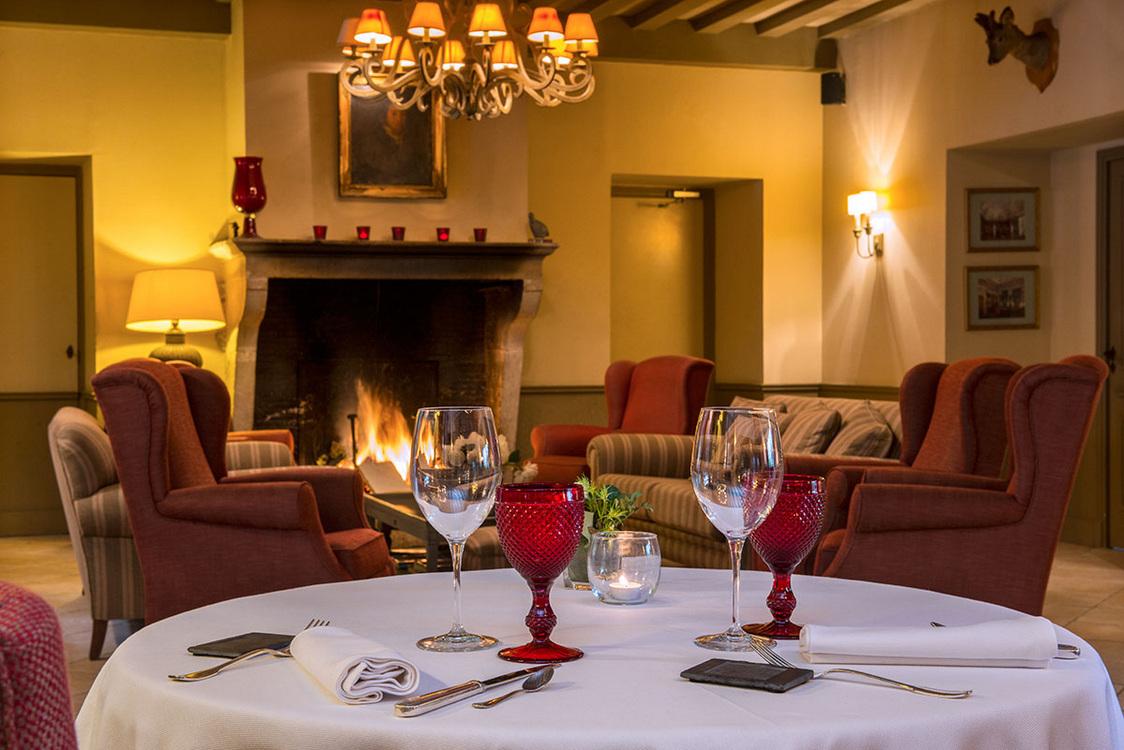 Chateau de Courban cheminée restaurant 2