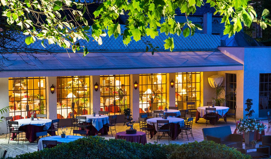 Chateau de Courban vue extérieure du restaurant le soir