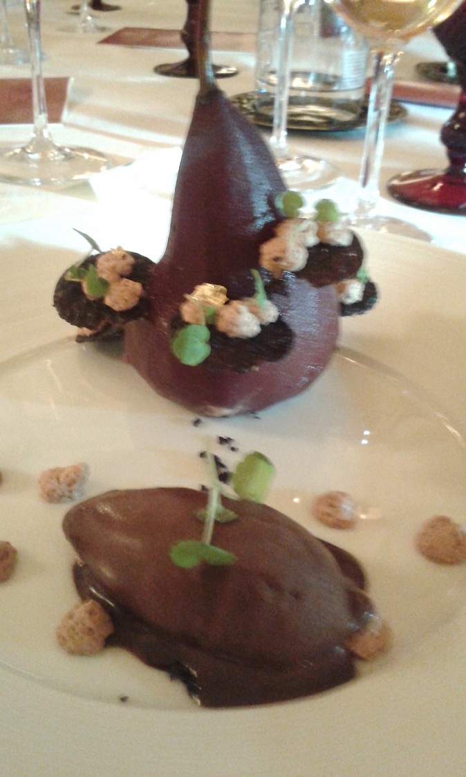 Poire au Chambertin, sorbet chocolat © Gourmets&Co