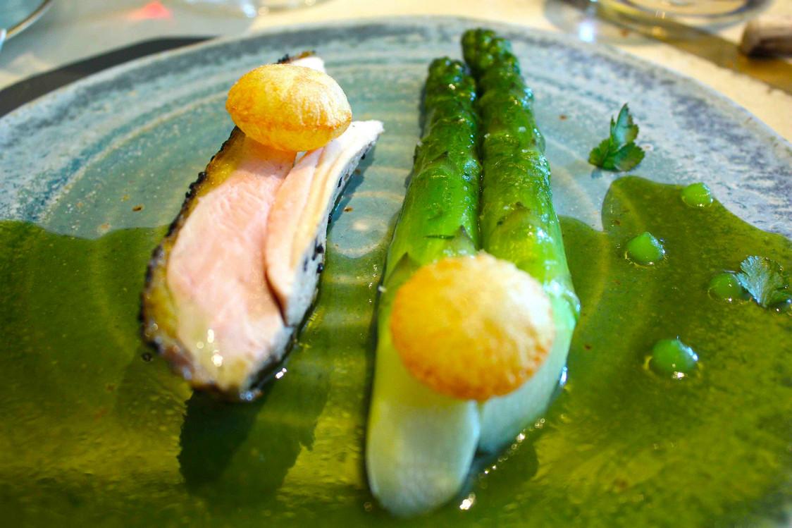 Pintade rôtie, asperges vertes © Gourmets&Co - copie