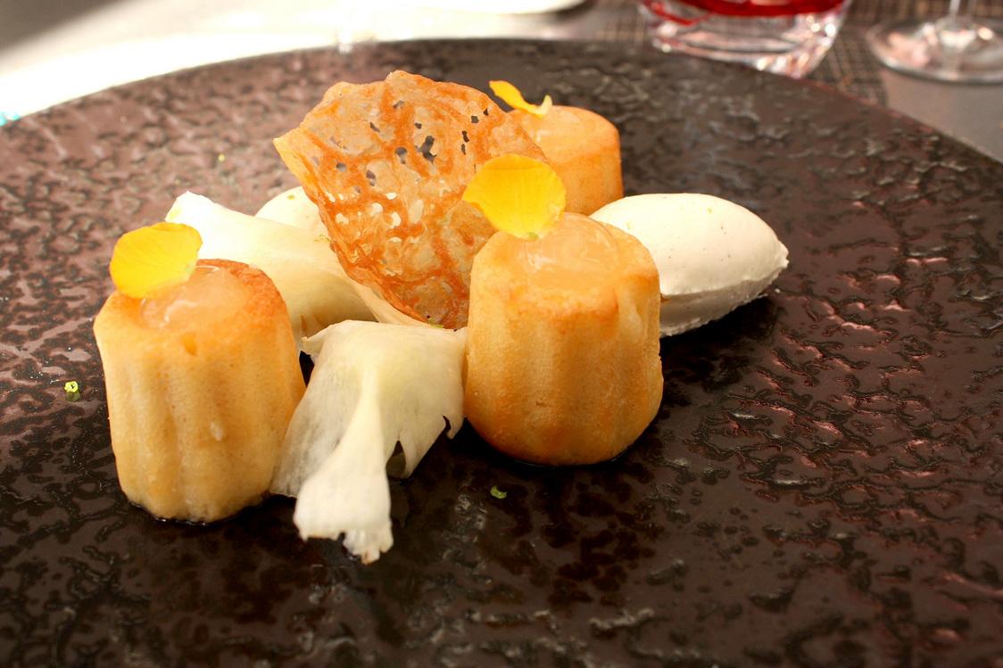 Babas au rhum, ananas, chantilly © Gourmets&Co