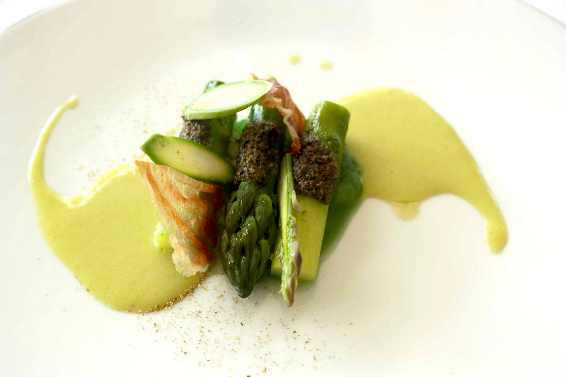 Asperges gratinées, suc d'asperges… © Gourmets&Co