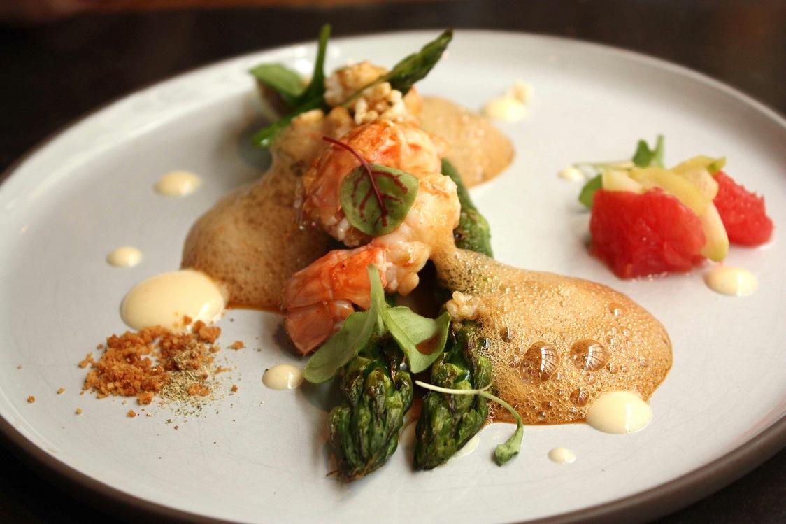 Asperges vertes, langoustines © Gourmets&Co