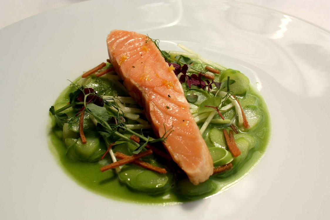 Darne de saumon, asperges vertes © Gourmets&Co