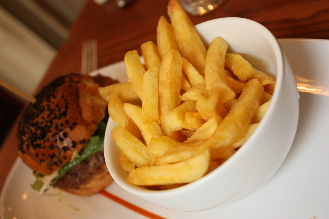 Burger, friites © Gourmets&Co .