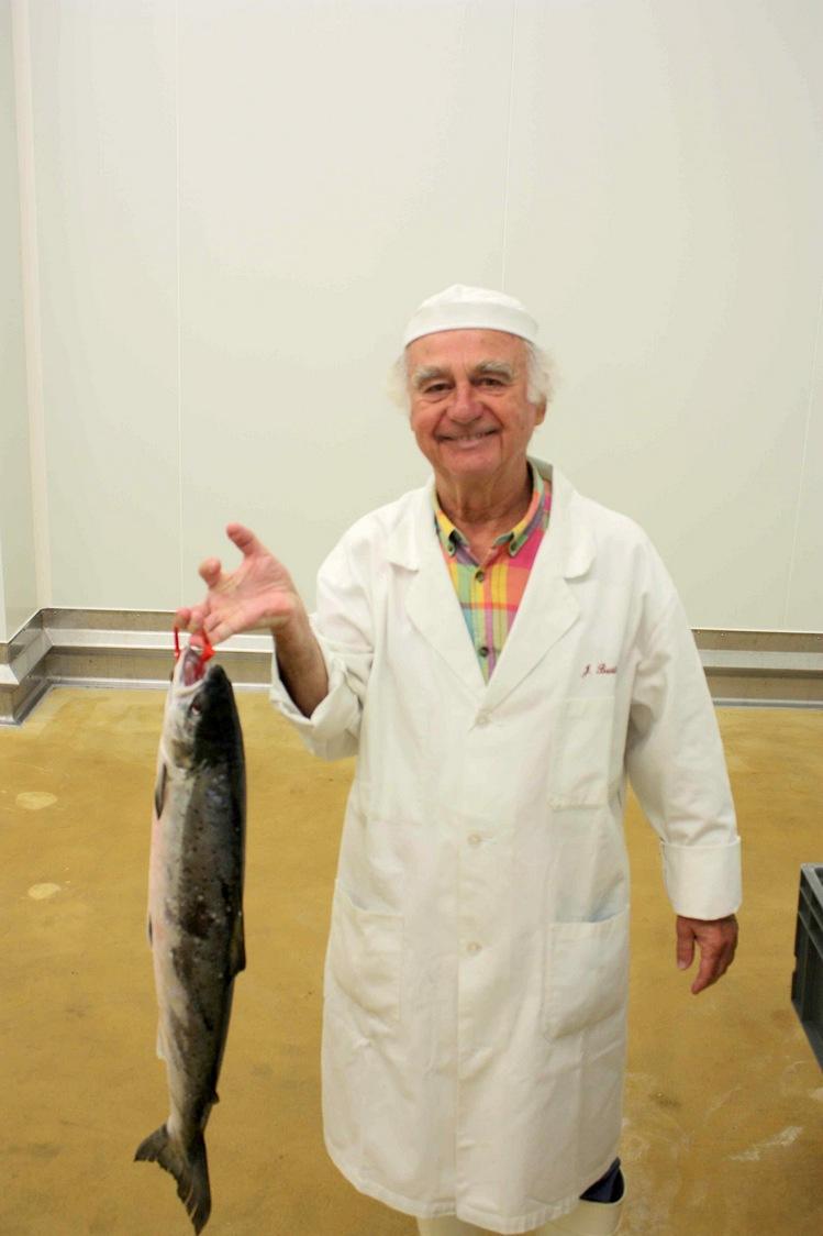 Jacques Barthouil et un saumon fraichement péché © Gourmets&Co
