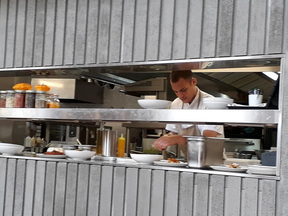 Le chef Preston Miller au pass © Gourmets&Co