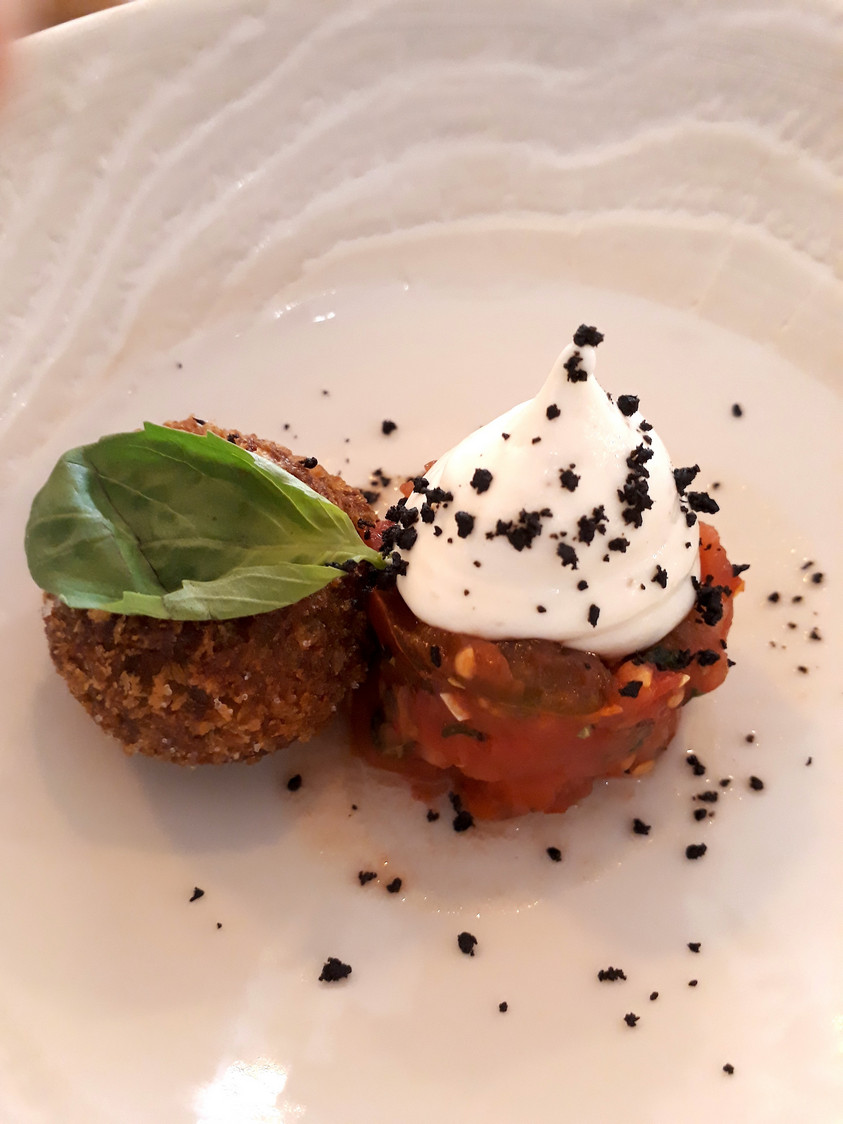 Tomates, cromesqui aubergines © Gourmets&Co