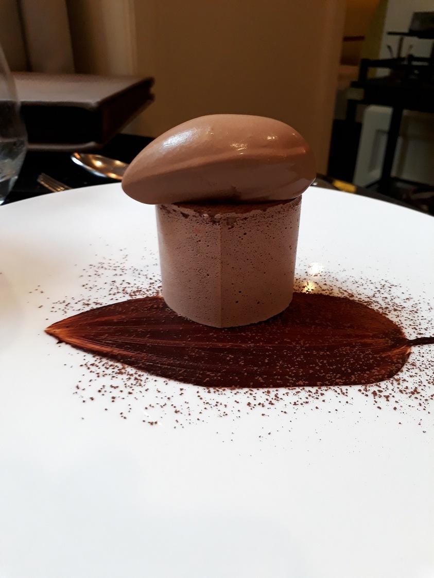 Meringue cacao, crémeux, feuille croquante, glace. Chocolar Macaé © Gourmets&co