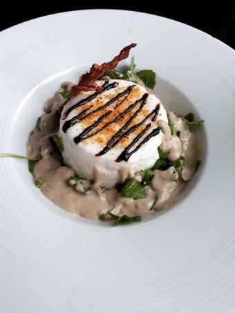 Oeuf mystère, velouté de champignons © Gourmets&co