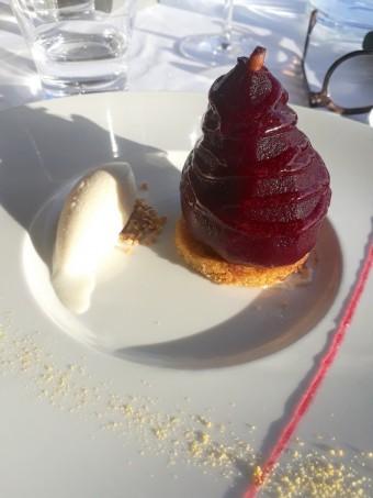 Poire au vin pôchée, vanille, glace au poivre de Séchuan © Gourmets&co