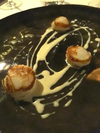 Saint-jacques, truffes noires, sauce légère à l'ail Gourmets&Co
