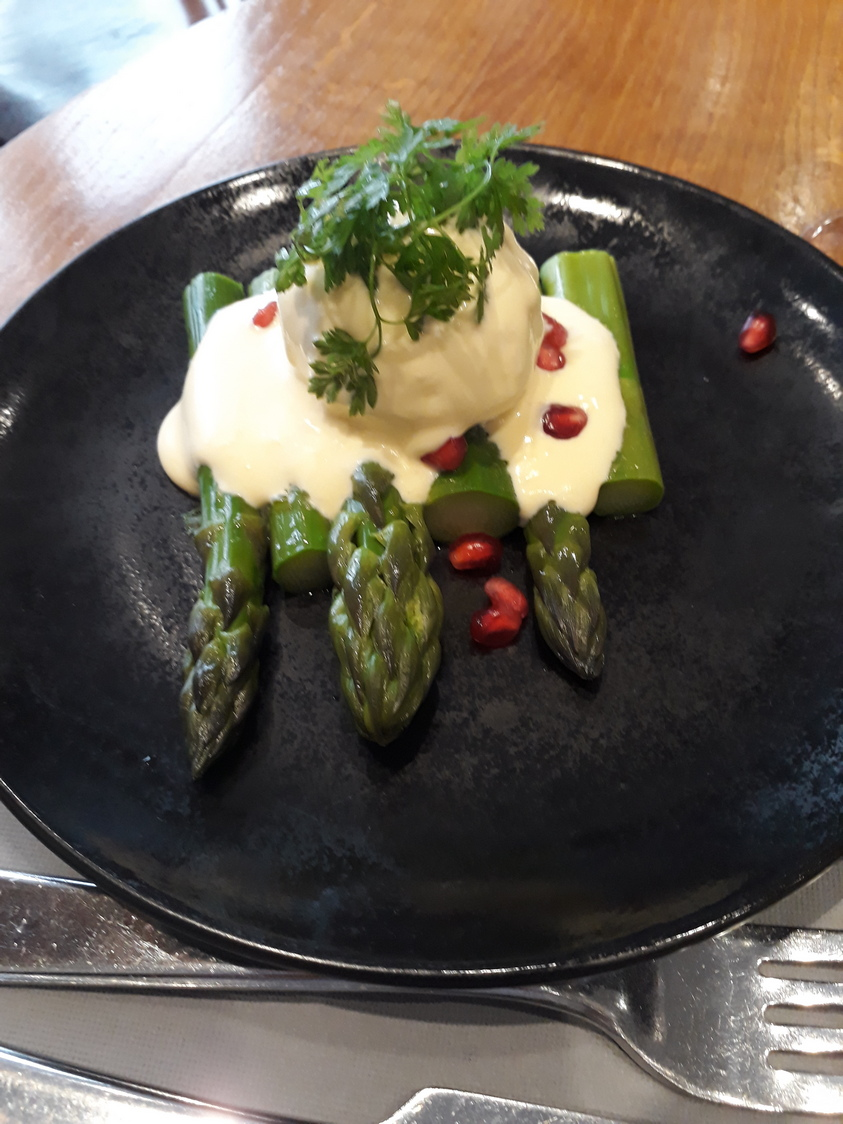 Asperges vertes, sauce mousseline © Gourmets&co