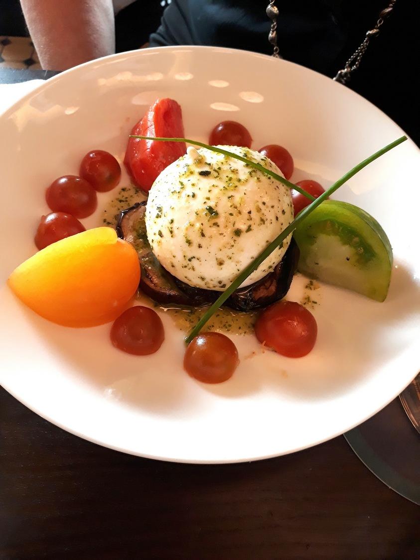 Buratta, tomates, basilic © Gourmets&co