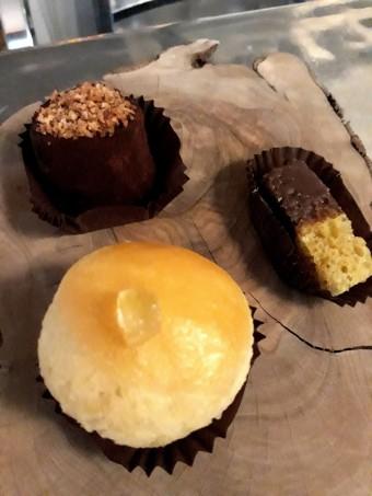 Trois mini pâtisseries dont Baba limoncello © Gourmets&co