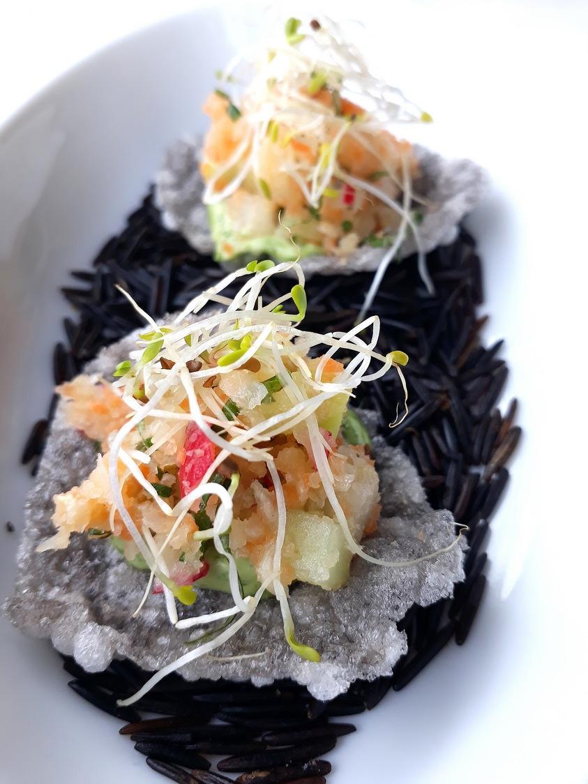 Chips encre de seiche, œufs de truite © Gourmets&co