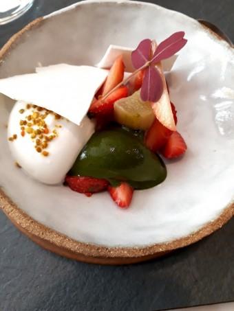 Fraises, rhubarbe, crème d'amandes. © Gourmets&co
