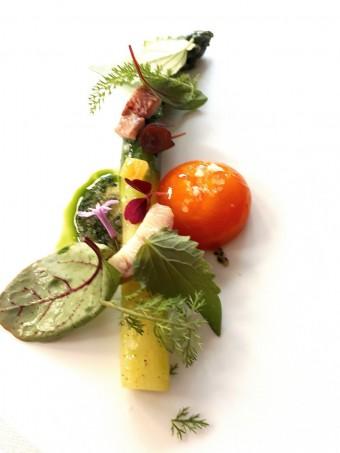 Asperge verte, œuf mariné dans vinaigre de riz…. © Gourmets&co