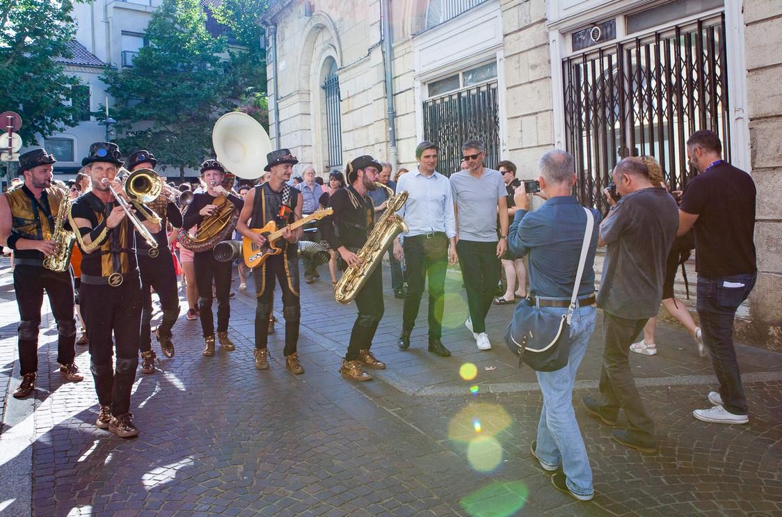 Ouverture du festival dans les rues de Cahors avec le Maire Jean-Marc Vayssouze-Faure et Christophe Adam le parrain.